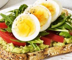 Healthy avocado, egg & rocket toast topper